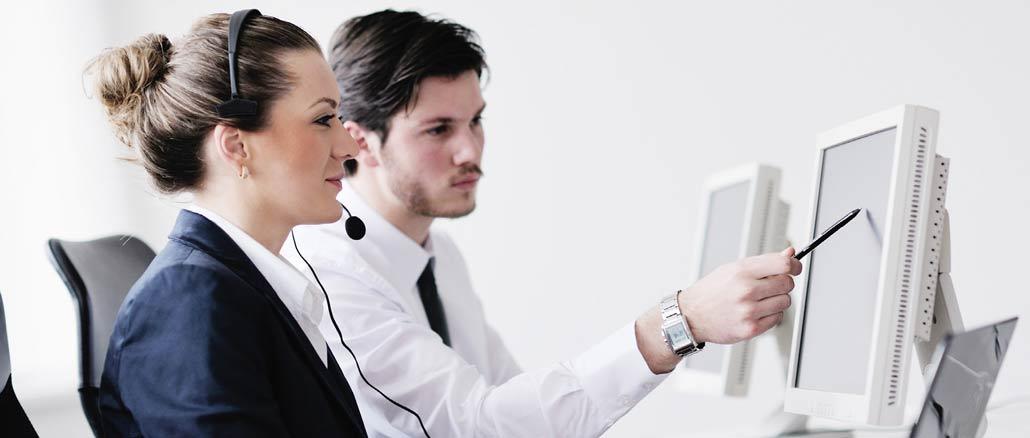 Kollegor arbetar med digital telefonväxel