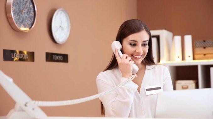 receptionist svarar i telefon