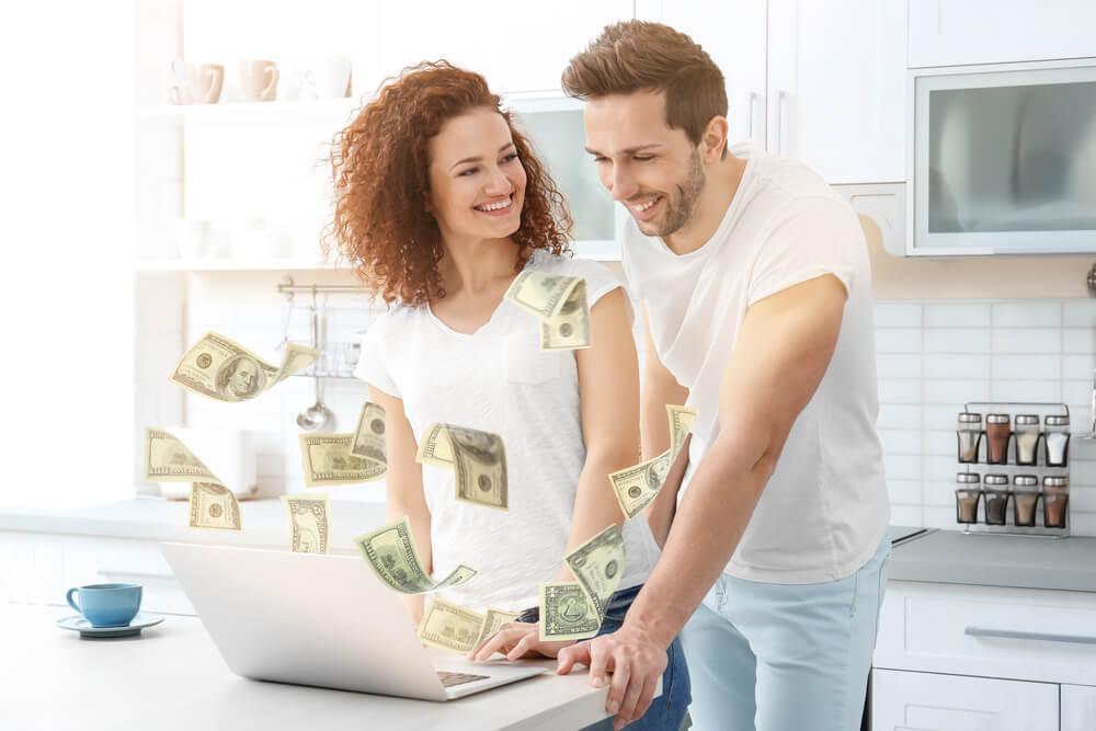 Par lånar pengar via datorn till nytt kök